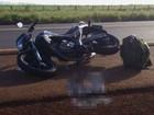 Motociclista cai ao bater em carro e morre atropelado por caminhão