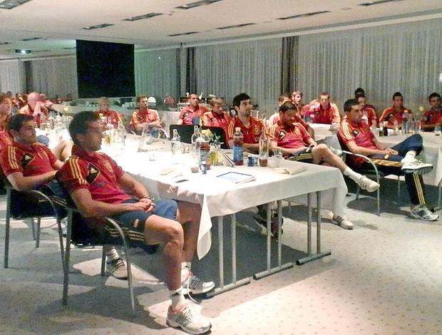 Seleção da Espanha assistindo a final da Copa do Rei Barcelo Atlhetic Bilbao (Foto: EFE)