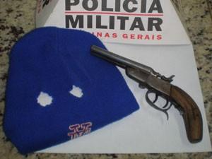 Arma é apreendida pela polícia. (Foto: Polícia Militar)