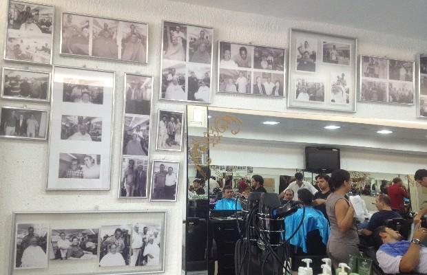 Fotos em preto e branco recriam ambiente retro em barbearia do Setor Oeste, em Goiânia (Foto: Humberta Carvalho/G1)