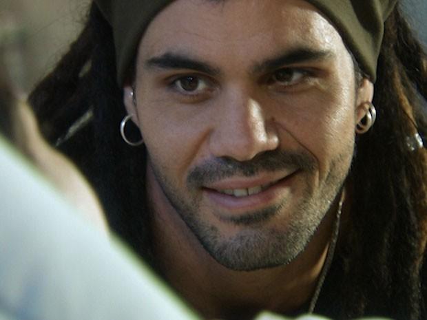 Ninho se encanta ao falar com a filha pela primeira vez (Foto: Amor à Vida/TV Globo)