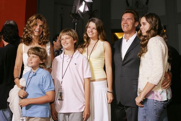 O ator Arnold Schwarzenegger com a ex, Maria Schriver, e os filhos (Foto: Getty Images)