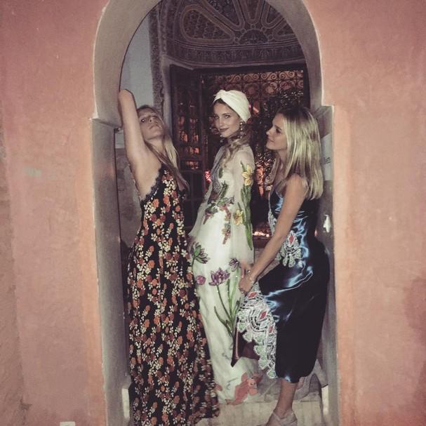 Dianna no dia do seu casamento entre as amigas. Da esq. pra dir. : @mollyihoward e @tracydoob (Foto: Reprodução Instagram)