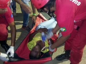 Jovem é atendida por bombeiros no circuito da festa. (Foto: Marcello Dial e Jeferson Marcos/Site Voz da Bahia)