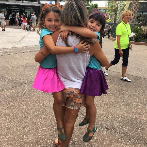 Nina e Maitê sendo carregadas por Patricia Maldonado (Foto: Reprodução - Instagram)