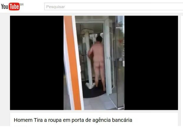 Em vídeo, homem aparece sem roupa após ser barrado em agência bancária em Foz do Iguaçu (PR) (Foto: Reprodução/Youtube)