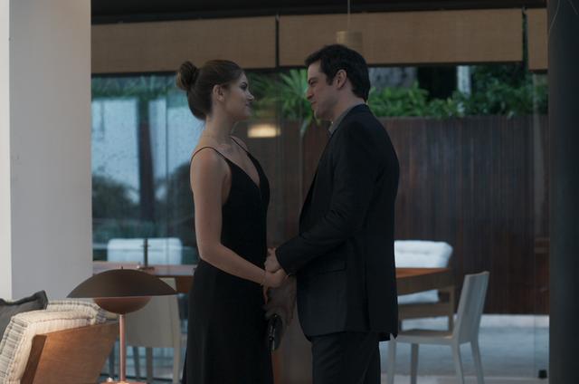 'Pega pega': Luiza (Camila Queiroz)e Eric (Mateus Solano) (Foto: Reprodução)