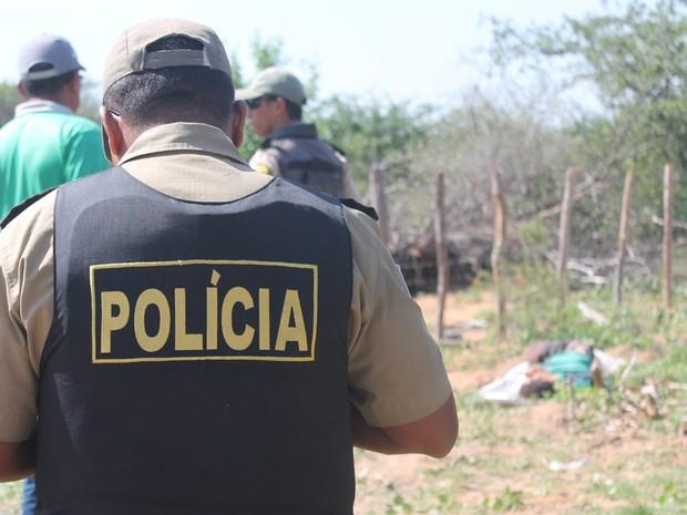Vítima foi morta a tiros (Foto: Givaldo Nere dos Santos/TV Grande Rio)