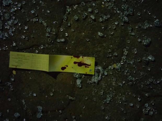Marca de sangue em papel misturado ao vidro estilhaçado (Foto: G1/G1)
