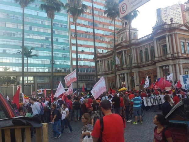 Concentração dos manifestantes ocorre em frente a Paço Municipal (Foto: Divulgação/BM)
