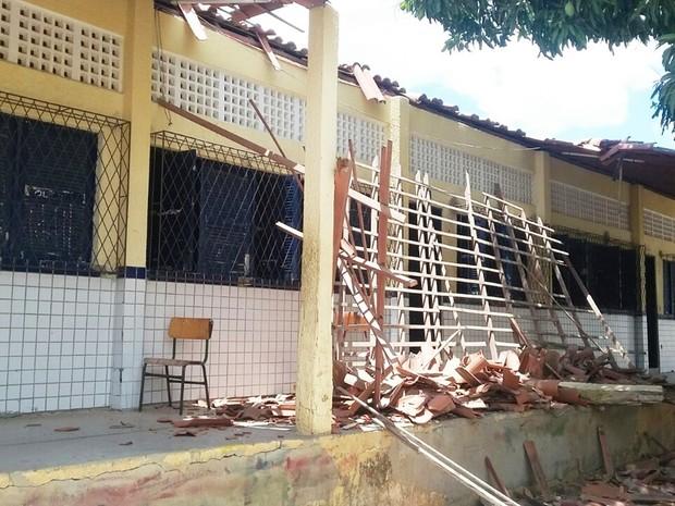 Um dos pilares de sustentação de uma passarela arriou, fazendo parte do teto desabar (Foto: Valéria Lima/G1)