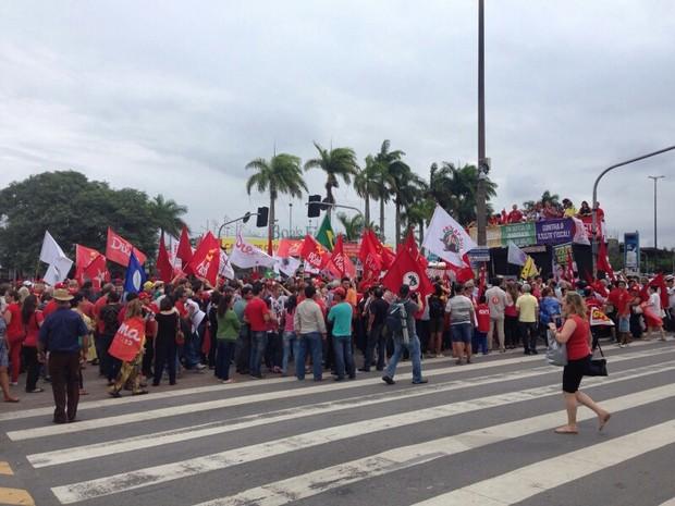 Manifestantes bloqueiam pistas da avenida Paulo Fontes (Foto: RBS TV/Divulgação)
