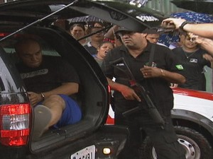 Um dos suspeitos preso pela polícia (Foto: Reprodução/ TV TEM)