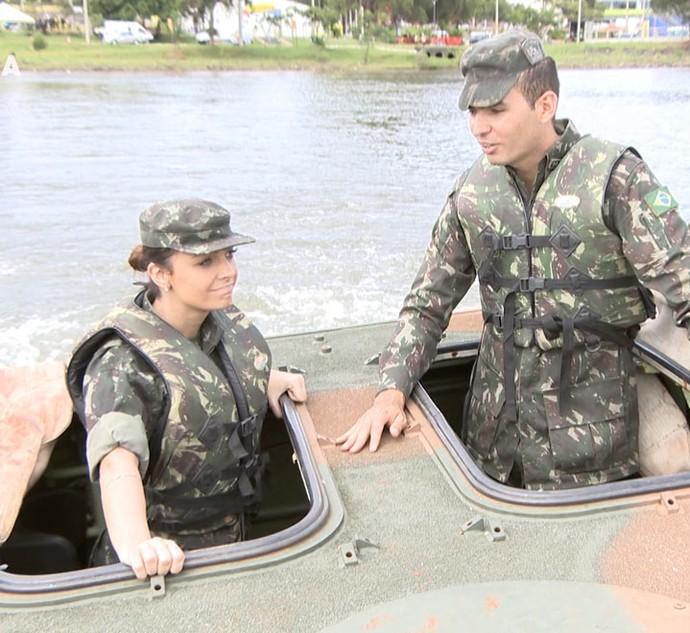 Cecília Ribeiro dentro de um tanque de guerra do Exército Brasileiro (Foto: Carona)