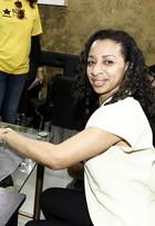 Preta Gil comemora Dia da Manicure em salões de beleza do Rio