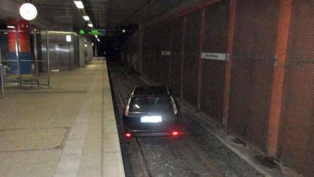 Motorista bêbado invadiu os trilhos de uma estação em Dortmund (Foto: Reprodução/Twitter/Sandiet)
