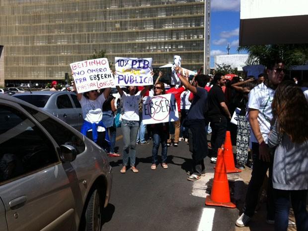 Estudantes de medicina protestam em frente ao Ministério da Saúde, em Brasília (Foto: Isabella Formiga/G1 DF)
