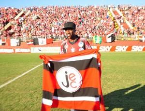 Ramires com a bandeira do Joinville (Foto: Divulgação / Joinville)