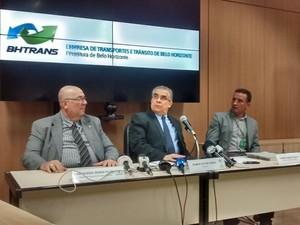Ramon Victor Cesar, entre o secretário de serviços públicos, Pier Senesi Filho (à esq) e o diretor de transporte público da BHTrans, Daniel Marx Coutoniel Marx Couto (Foto: Thais Pimentel/G1)
