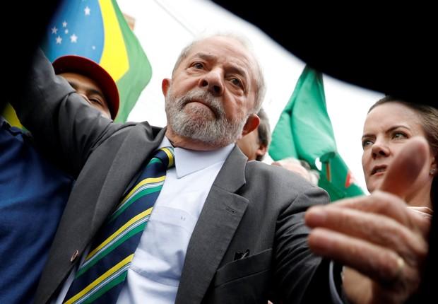 O ex-presidente Luiz Inácio Lula da Silva chega à Justiça Federal, acompanhado da senadora Gleisi Hoffmann (PT-PR) para seu depoimento ao juiz Moro (Foto: Nacho Doce/Reuters)