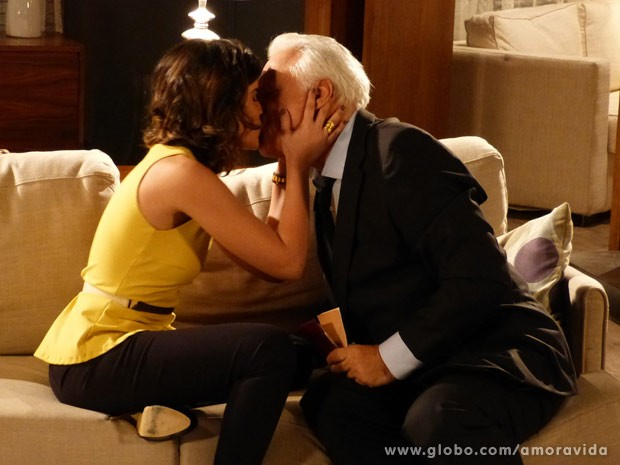 Aline dá beijinho de agradecimento (Foto: Amor à Vida/ TV Globo)