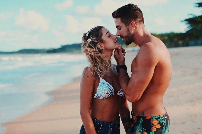 Gabriela Pugliesi e Erasmo Viana posam em clima de romance (Foto: Divulgação)