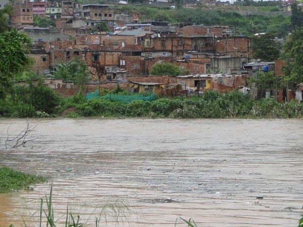 No dia 25 de novembro de 2010, o Córrego do Onça transbordou e inundou casas da região nordeste de BH (Foto: Arquivo G1/Pedro Triginelli)