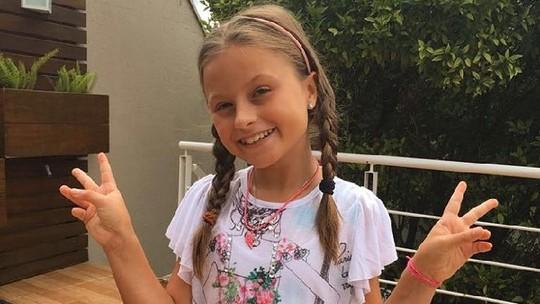 Ex-'The Voice Kids' Rafa Gomes se diverte com desafio da garrafa; assista