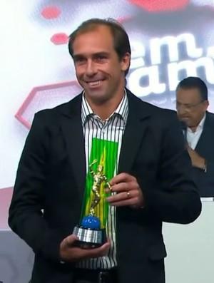 FRAME Paulo Baier, do Atlético-PR, recebe prêmio (Foto: Reprodução SporTV)