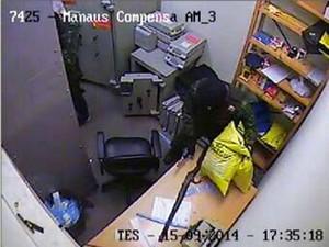 Câmeras de segurança do banco captaram abordagem dos suspeitos (Foto: Reprodução)