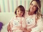 Ticiane Pinheiro e a filha, Rafaella, posam de pijamas iguais