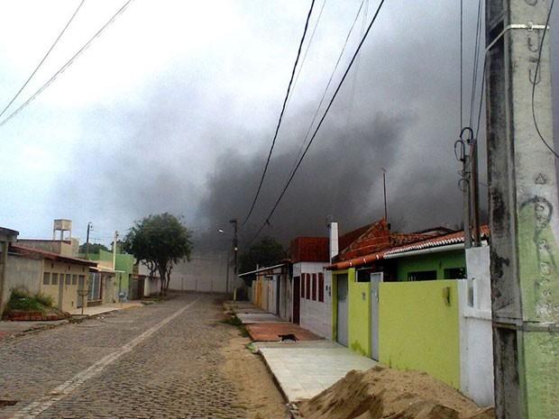 Fumaça da queima de colchões no Raimundo Nonato foi avistada de longe (Foto: Divulgação/Sejuc)