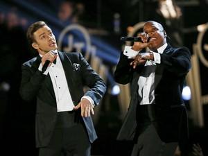 Os cantores Justin Timberlake e Jay-Z cantam no Grammy 2013, realizado em 10 de fevereiro (Foto: Mike Blake/Reuters)