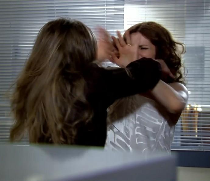Silvia bateu em Yvone na delegacia (Foto: TV Globo)