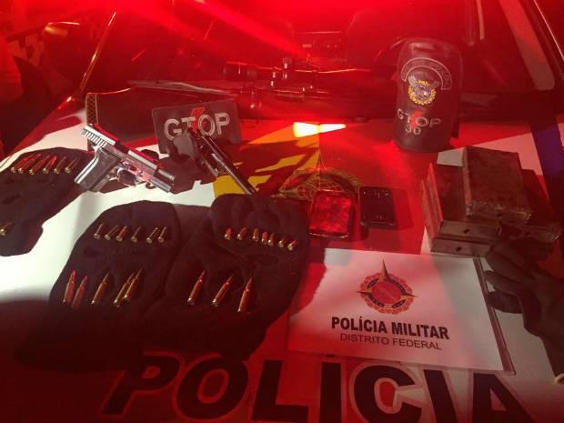 Armamento e munição apreendidos pela Polícia Militar com grupo em Ceilândia, no Distrito Federal (Foto: Polícia Militar/Divulgação)