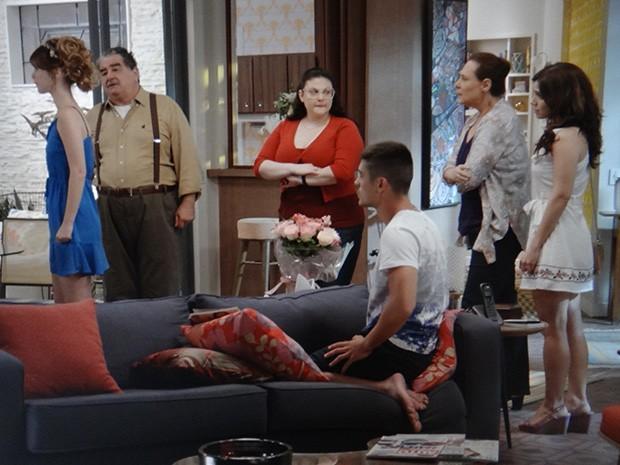 A família ajuda Laura a se arrumar para o casamento (Foto: TV Globo)