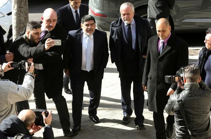 Maradona e Aurelio de Laurentis, presidente do Napoli, chegam a restaurante em Madri (Foto: REUTERS/Sergio Perez)
