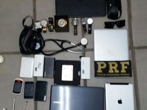 Polícia encontru vários objetos roubados com o suspeito (Foto: Divulgação/Polícia Rodoviária Federal)