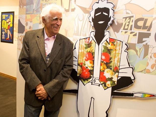 Ziraldo posa ao lado de sua caricatura em evento no Cine Sesc, em São Paulo  (Foto: AE)