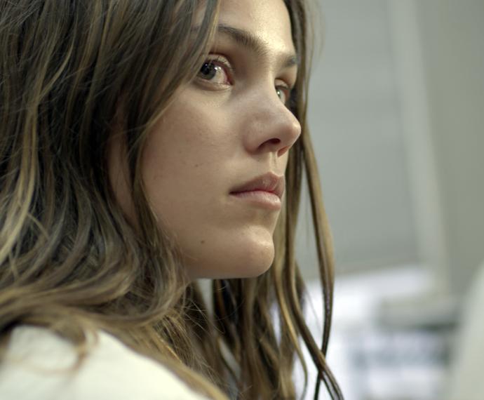 Alina, um olho no trabalho e outro nos amigos! (Foto: TV Globo)