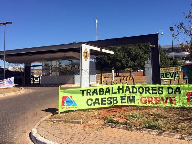 Faixas do sindicato dos servidores da Caesb na portaria da empresa em Águas Claras, no Distrito Federal (Foto: Alexandre Bastos/G1)