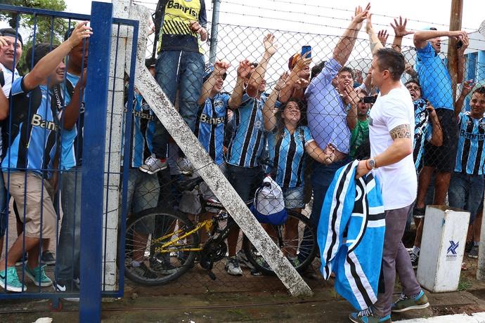 Cristian Rodríguez na chegada ao Grêmio (Foto: Lucas Uebel/Grêmio, Divulgação)