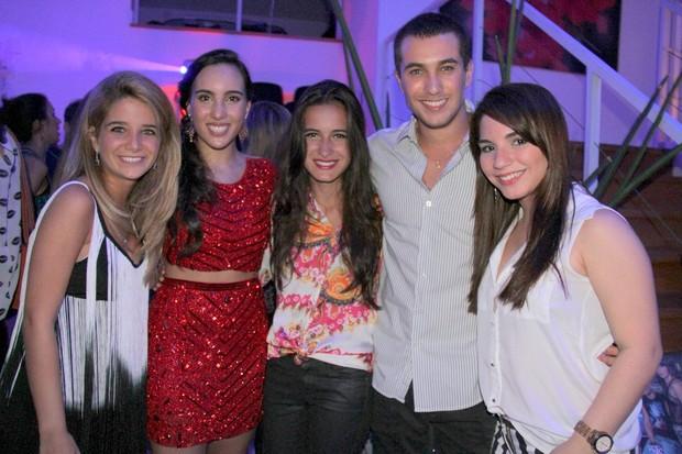 Ana Carolina, filha de Emdundo com os amigos (Foto: Cleomir Tavares/Divulgação)