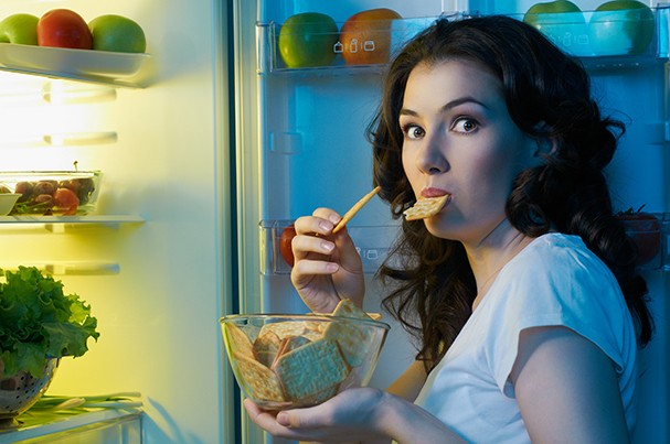 a hungry girl opens the fridge (Foto: Getty Images/iStockphoto)