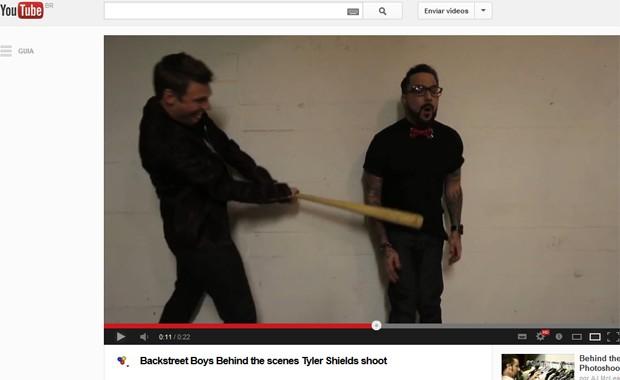Imagem de vídeo divulgado nesta terça-feira (12), no canal do fotógrafo Tyler Shields no YouTube, que mostra o vocalista dos Backstreet Boys Nick Carter acertar seu colega AJ com um taco de baseball (Foto: Reprodução / YouTube)