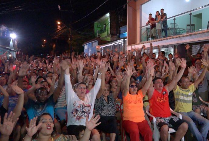 Família, amigos e admiradores de Dileno se reuniram para assistir à final do TUF (Foto: Zappeando)