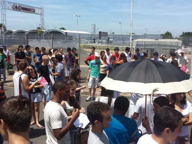 Candidatos aguardam abertura de portões para prova da segunda fase da Unicamp, em Campinas (Foto: Fernando Pacífico / G1 Campinas)
