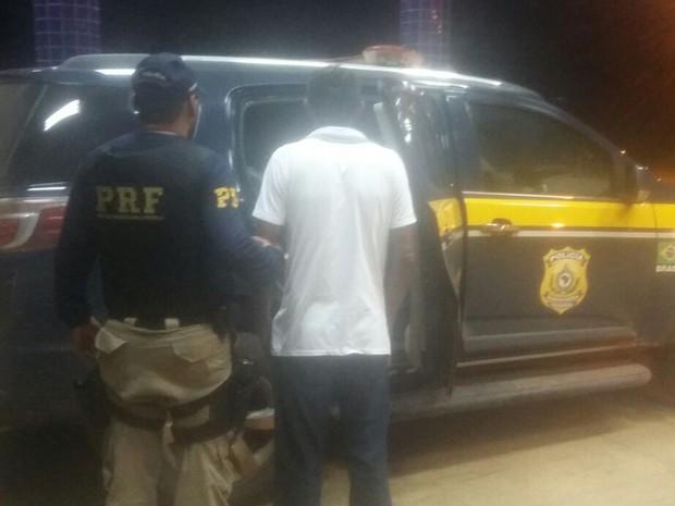 Condutor possuía um mandado de prisão expedido em Goiânia (GO) (Foto: Divulgação/PRF)