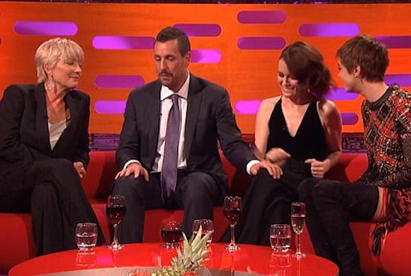 O ator Adam Sandler causando desconforto ao tocar na perna da atriz Claire Foyle (Foto: Reprodução)