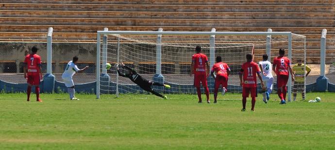 Edson Pio bate no canto direito e Lucas salta para defender o pênalti (Foto: Rodolfo Lesse / Cedida)